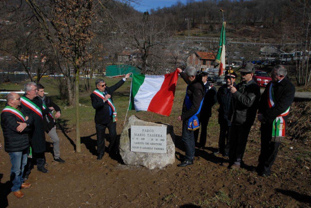 La Cerimonia di inaugurazione del Parco Mario Tassera all'interno della Regione Bagnera_ scoprono la targa il Sindaco di Orta Natale e il Presidente della Provincia di Novara Sozzani
